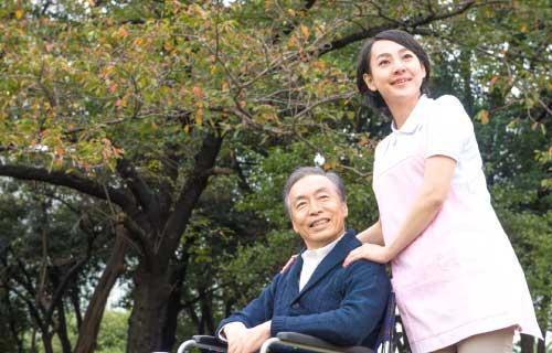 介護士と高齢男性