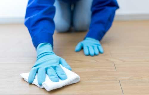 床を磨く作業員